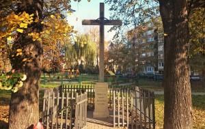 Historyczny krzyż w os. Szklane Domy (stan na 2015 r.)