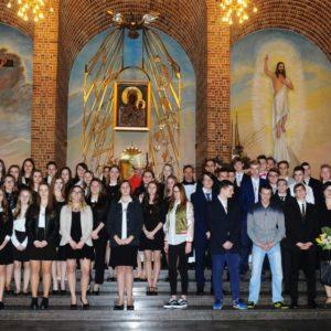 Wspólne zdjęcie bierzmowanych z biskupem i katechetami